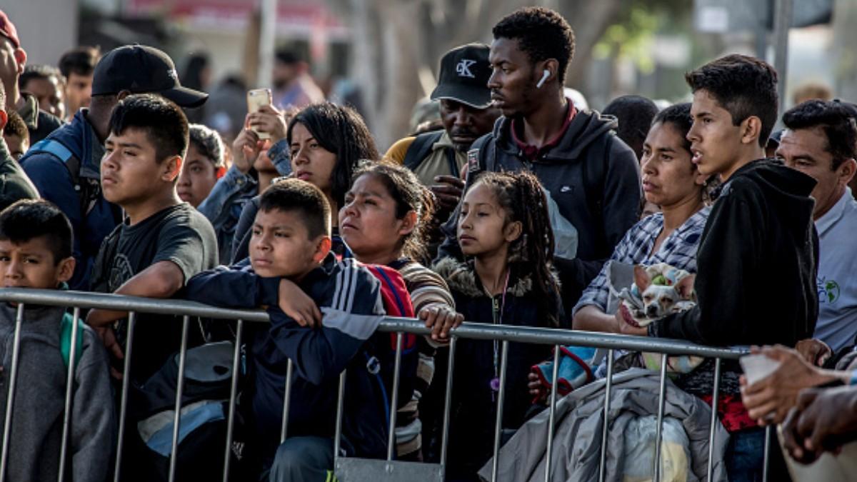 Foto: Migrantes centroamericanos esperando en la frontera entre México y EEUU. Getty Images