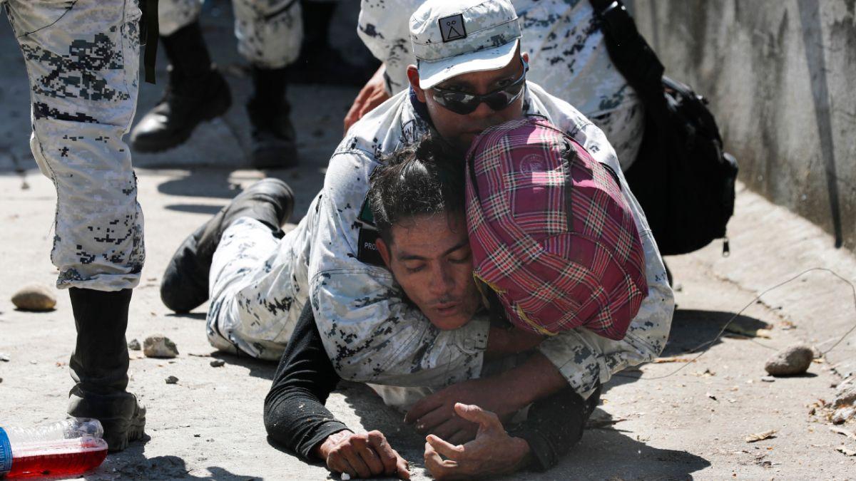 Foto: Un integrante de la Guardia Nacional detienen a un migrante. AP
