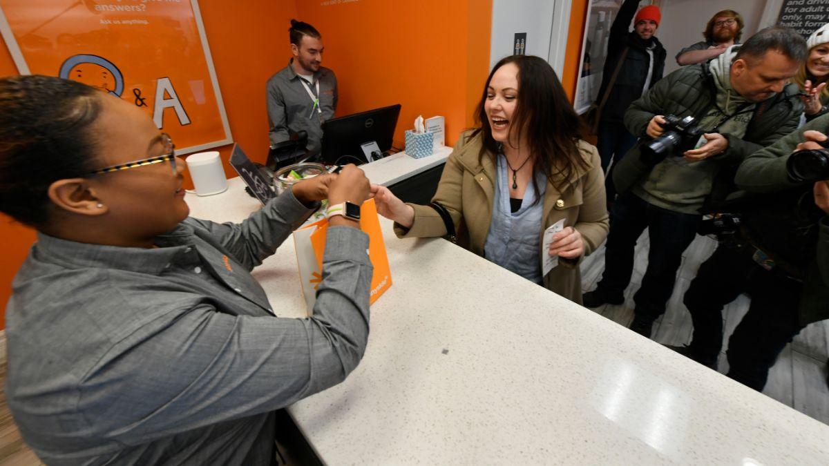 Foto: Una mujer compra marihuana legal en un dispensario de Illinois, en Chicago, EEUU. AP