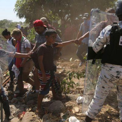 Foto: Guardia Nacional detiene a una familia de migrantes. AP