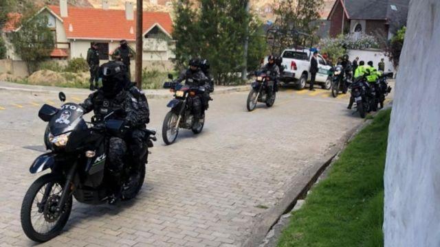 Foto: Policías rodean la embajada mexicana en Bolivia.