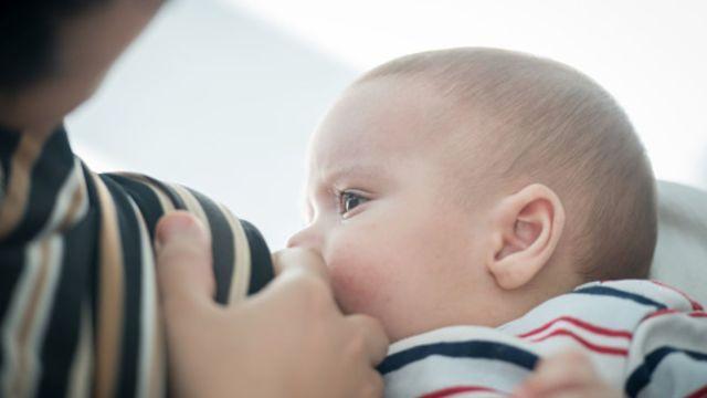 Foto: Una mujer amamanta a su bebé. Getty Images/Archivo