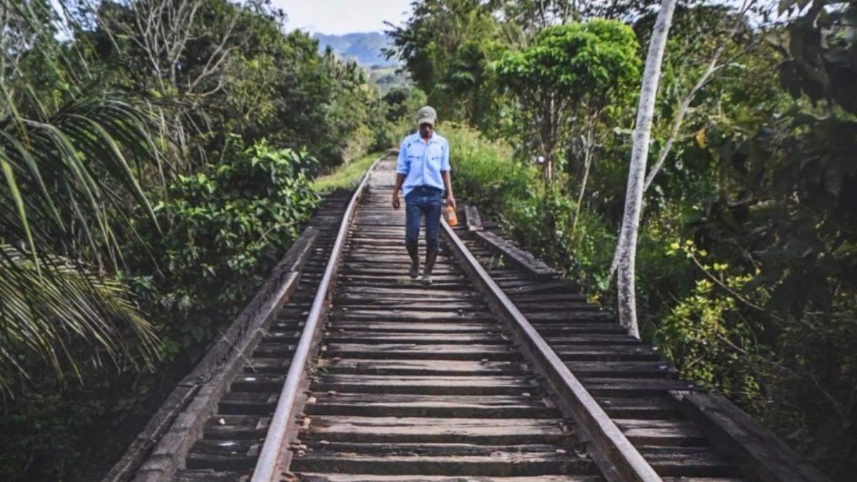 Foto: Un hombre camina por unas vías del tren.