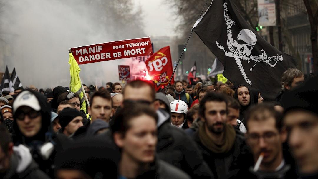 """Foto: Los manifestantes sostienen una pancarta que dice: 'Protesta bajo presión. Peligro de muerte"""", 9 enero 2020"""