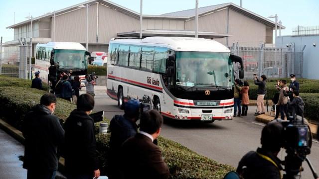 Llegan a Tokio 206 japoneses evacuados desde Wuhan