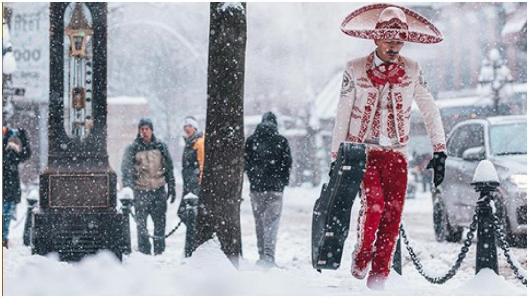 Mariachi que camina sobre tormenta de nieve en Canadá se hace viral