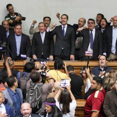 Mayoría opositora del Parlamento de Venezuela inviste a Juan Guaidó como presidente interino