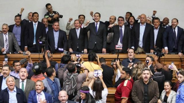 Foto: Oposición de Venezuela inviste a Guaidó como presidente interino