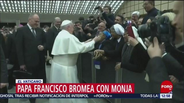 papa francisco bromea con una monja por un beso