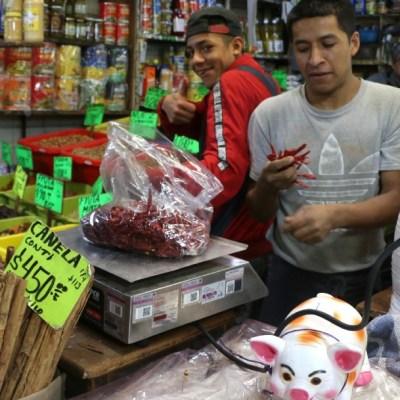Pequeños comerciantes en CDMX siguen dando bolsas de plástico