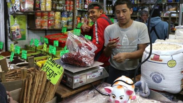 Pequeños comerciantes CDMX siguen dando bolsas de plástico