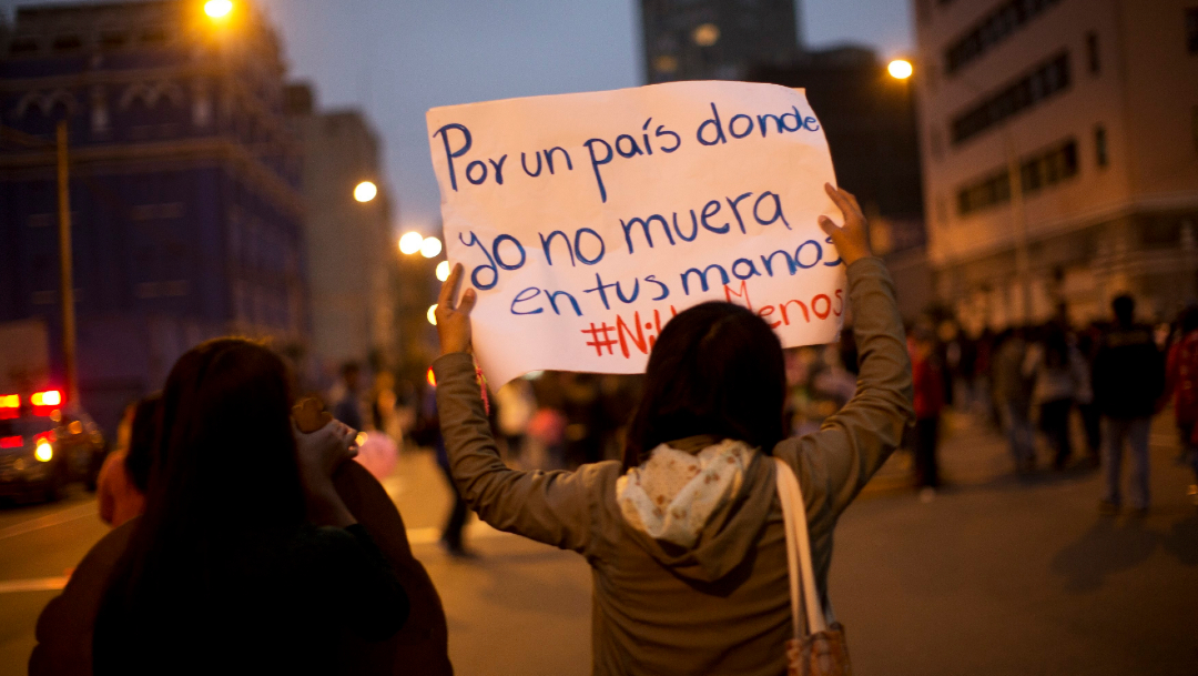 FOTO Perú otorga pensión para hijos de víctimas de feminicidio; en la imagen, una marcha feminista en Lima (AP)