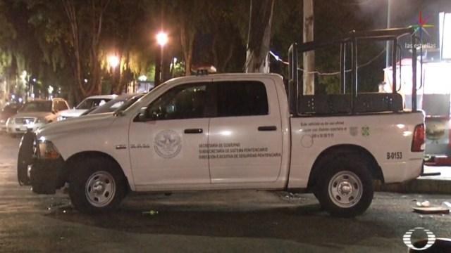 FOTO Policías se quedan dormidos en camioneta, sobre paso peatonal (Noticieros Televisa)