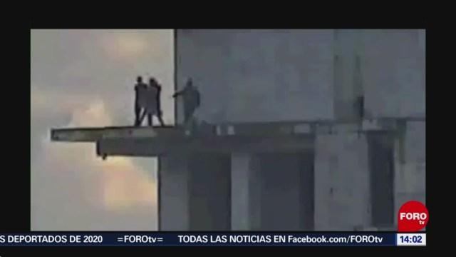 FOTO: 19 enero 2020, policias evitan que joven se arroje de edificio en jalapa
