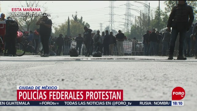 FOTO: policias federales bloquean periferico y denuncian moches para agilizar su liquidacion