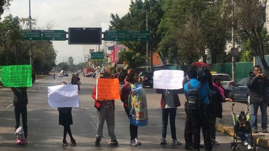 Foto:Padres de niños con cáncer bloquean Circuito Interior, frente a hospital La Raza, 24 enero 2020
