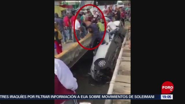 FOTO: 11 enero 2020, rescatan a conductor tras caer a canal de aguas negras en naucalpan