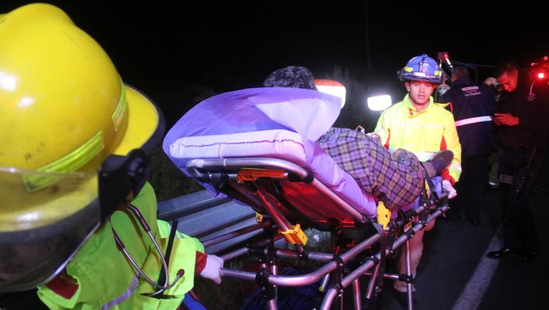 Rescatan a familia tras caer camioneta a barranco en Zapopan
