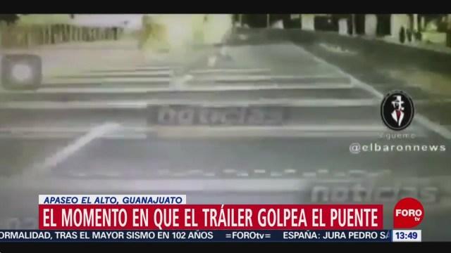 FOTO: trailer derriba puente peatonal en carretera libre a celaya