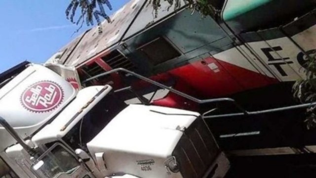Imagen: Delante del camión, un vehículo familiar se detuvo del cual descendió una mujer y sus hijas menores por lo que, para evitar atropellarlas, la unidad de carga invadió el paso del tren y lo arrolló