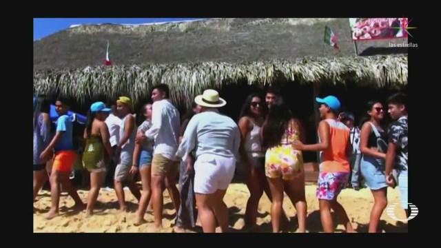 Foto: Turistas Disfrutan Banda Militar Bahías Huatulco 9 Enero 2020