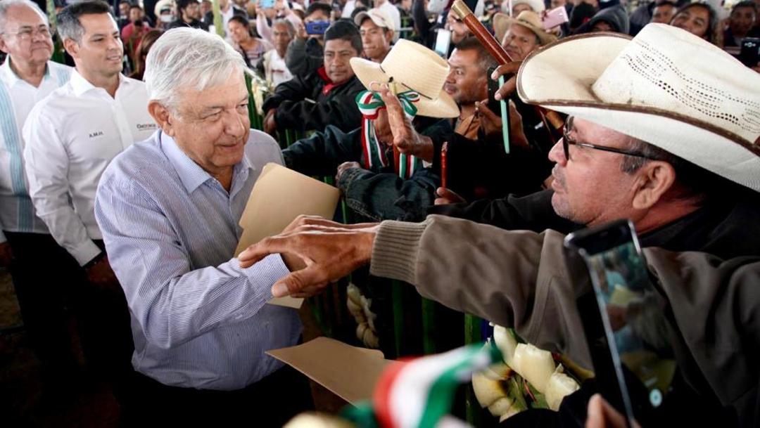 """Foto: Nuevo camino en Santos Reyes, Oaxaca, """"una obra de arte"""": AMLO, 18 de enero de 2020, (Presidencia)"""