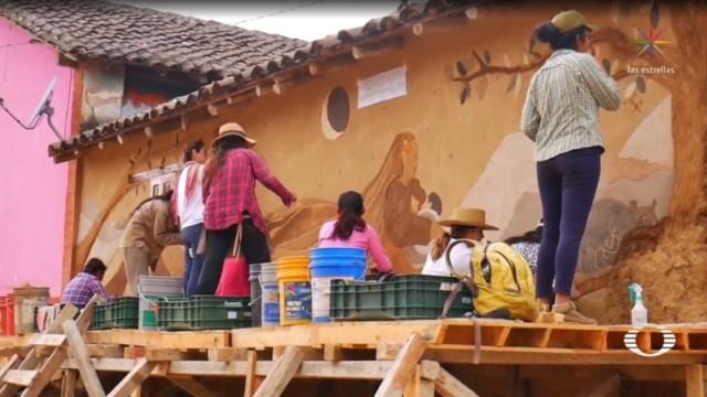 Foto: Durante 30 días, 14 mujeres de la etnia zoque pintaron murales con la técnica del revoque en la comunidad de Copoya; este trabajo incrementó el valor patrimonial de sus viviendas