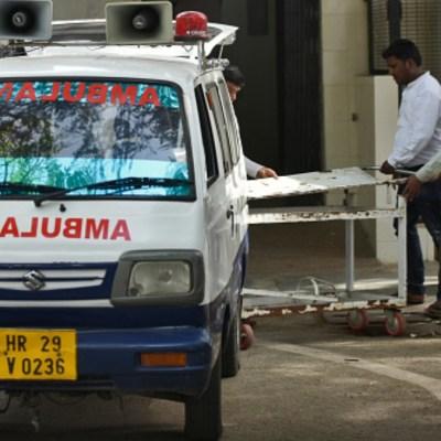 Mueren 24 personas al caer autobús a río en India