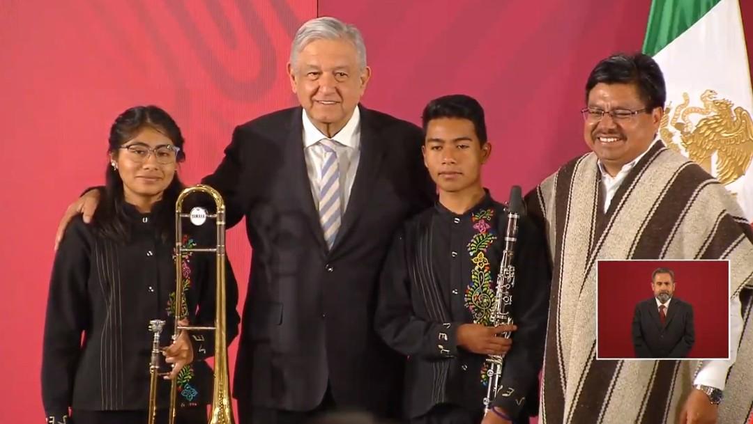 Foto: AMLO entrega instrumentos a músicos oaxaqueños en Palacio Nacional