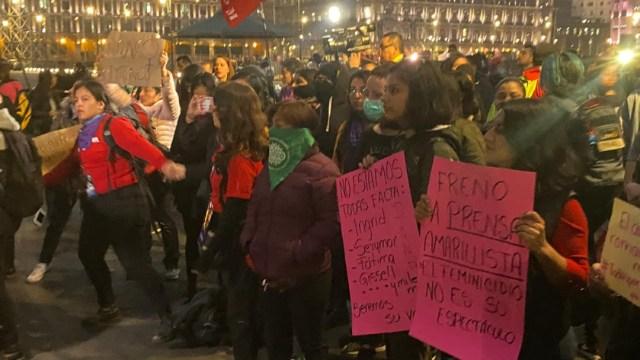 """FOTO """"Todo nuestro respeto para el movimiento feminista"""", respondió AMLO ante protesta feminista en Palacio Nacional (S.Servin)"""