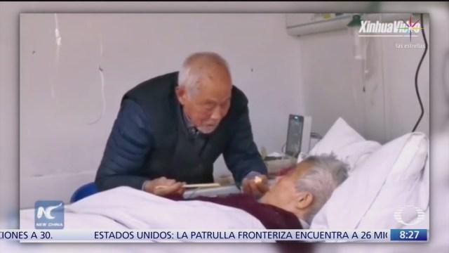 anciano chino cuida a su pareja ambos tienen coronavirus