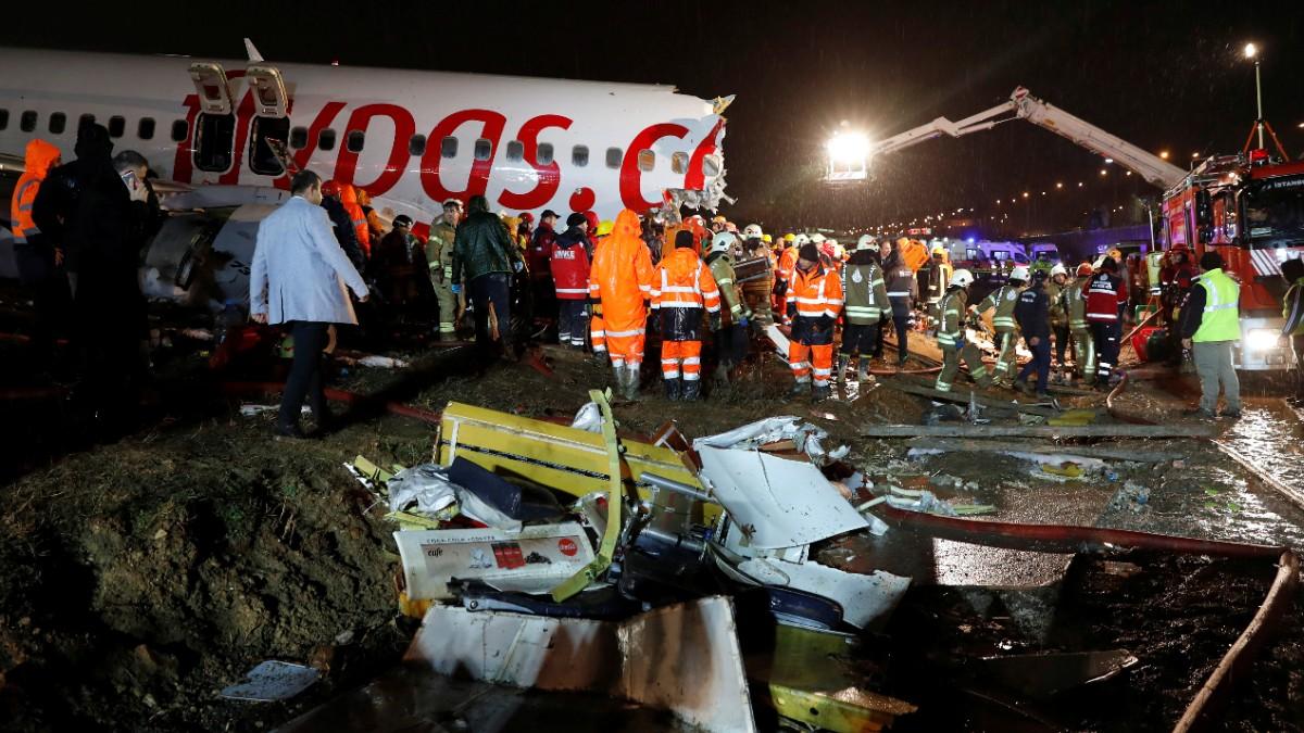 Confirman un muerto y 137 heridos en avión turco accidentado
