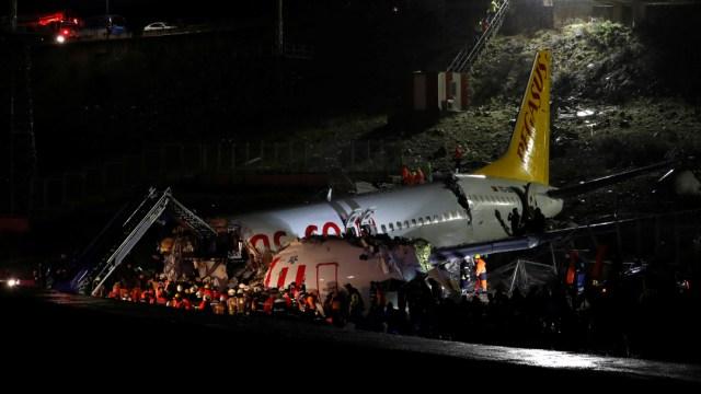 FOTO Avión se sale de la pista de aterrizaje y se rompe, en Turquía (Reuters)