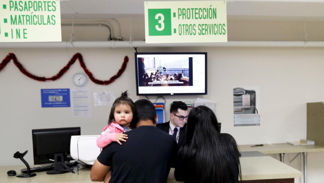 Foto: Un funcionario del Consulado de México en San Diego atiende a una familia mexicana, 27 febrero 2020