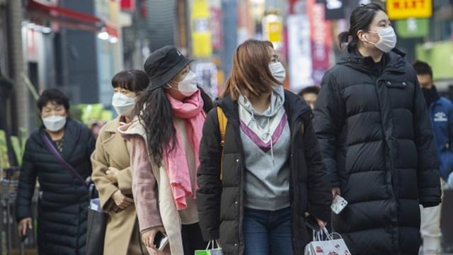 Foto: Un grupo de mujeres lleva tapabocas mientras caminan en Seúl, Corea del Sur, 21 febrero 2020