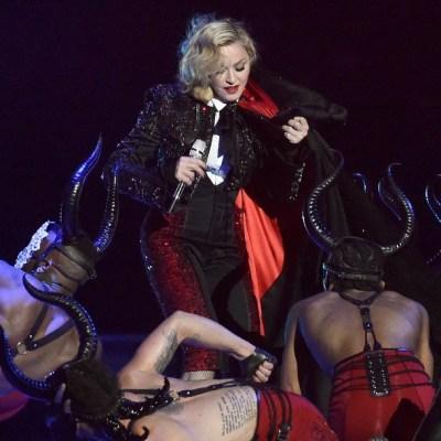 De Madonna a Lady Gaga: las caídas más sonadas sobre el escenario