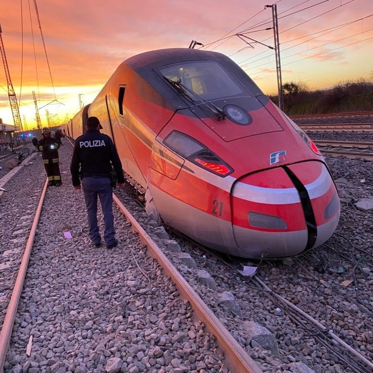 Descarrilamiento de tren en Italia deja dos muertos