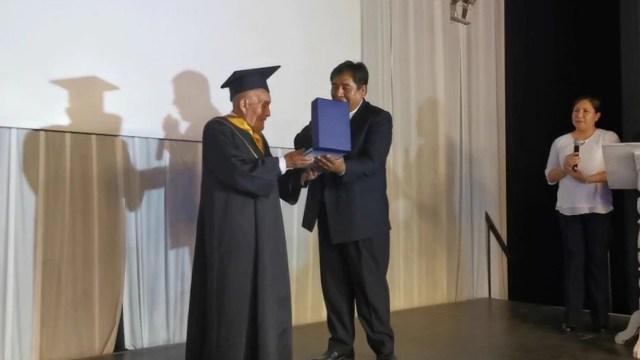 Abuelito se gradúa a los 89 años sin haber faltado a clases