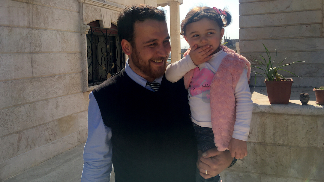 Niña que reía durante bombardeo con su papá salió de Siria