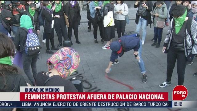 feministas protestan y hacen pintas afuera de palacio nacional en cdmx