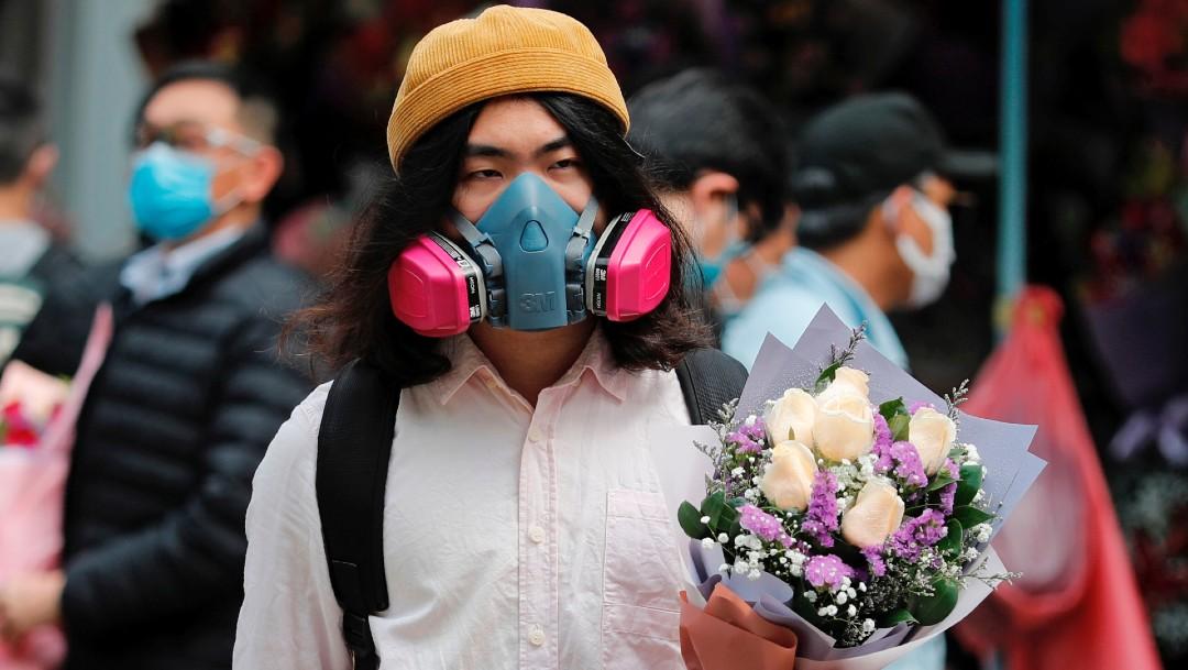 Foto: Flores, con mascarilla, regalo de San Valentín en tiempos del coronavirus