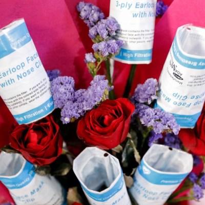 Flores, con mascarilla, regalo de San Valentín en tiempos del coronavirus