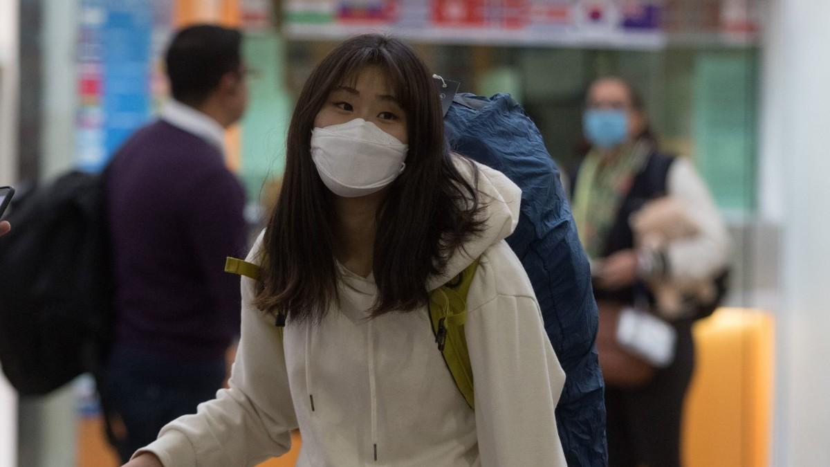 Foto: Un turista usa cubreboca en el Aeropuerto Internacional de la Ciudad de México. Cuartoscuro