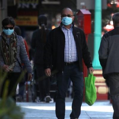 Foto: Personas caminan usando cubreboca en calles de San Francisco, EEUU. Getty Images