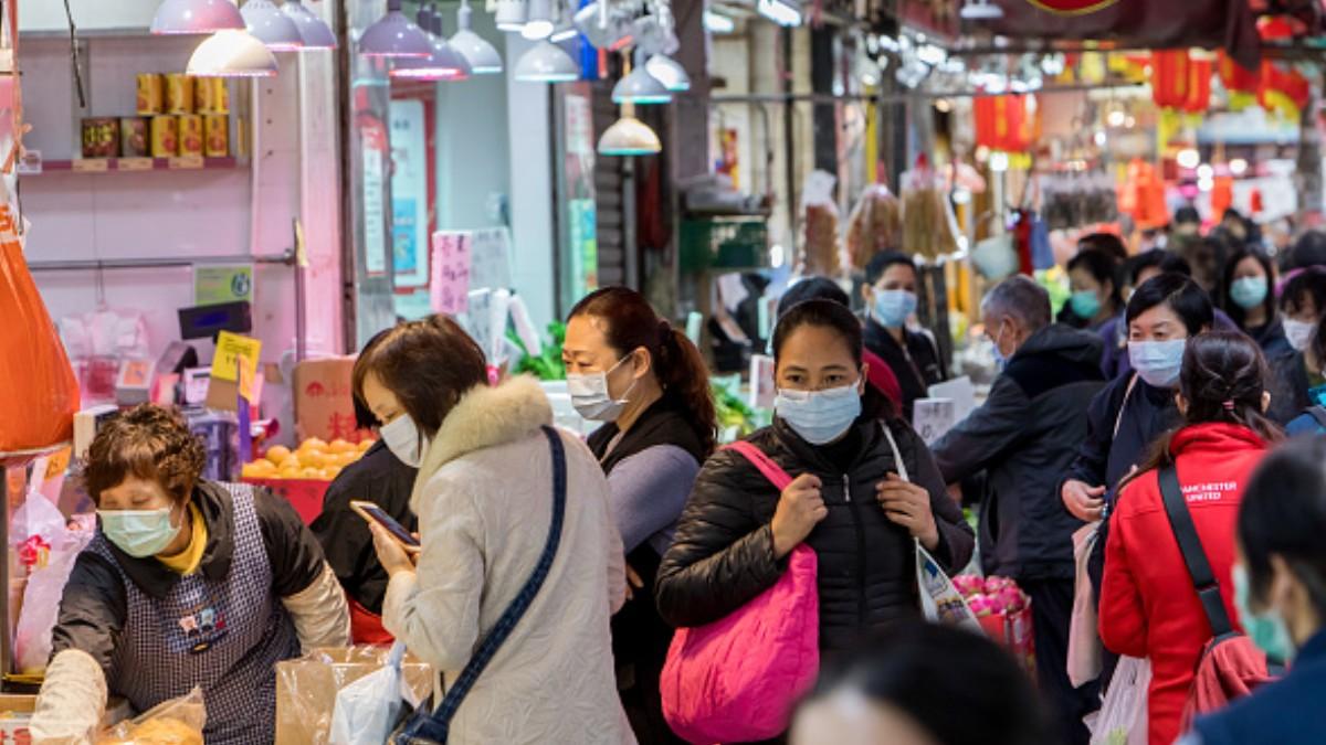 Foto: Gente camina por las calles de Hong Kong usando cubreboca. Getty Images