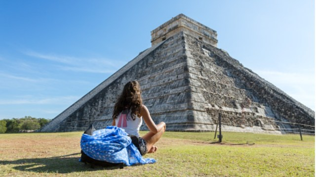 Foto: Una turista visita Chichen Itza. Getty Images