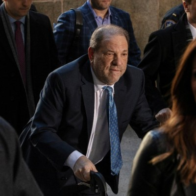 Foto: Harvey Weinstein camina con ayuda de una andadora. Reuters