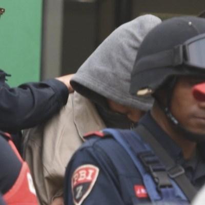Foto: Policías de la Ciudad de México trasladan a Mónica García Villegas, directora del Colegio Enrique Rébsamen. Cuartoscuro