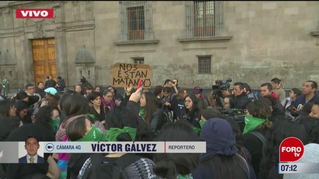 grupo de feministas protestan en palacio nacional en cdmx
