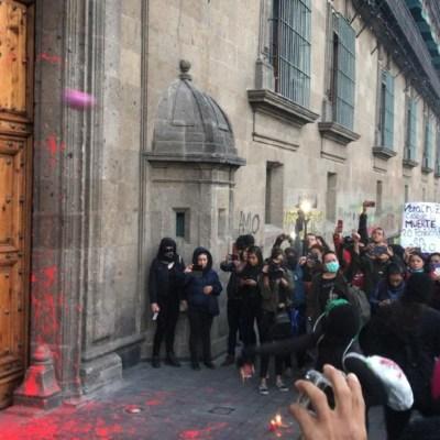 Grupos feministas pintan Palacio Nacional durante mañanera de AMLO